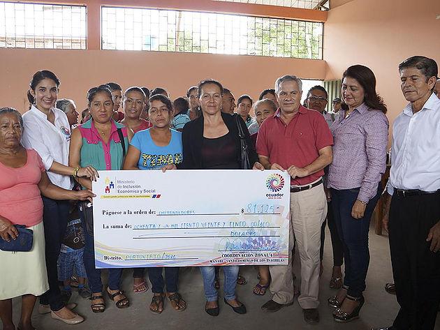 Agricultores reciben créditos del Mies