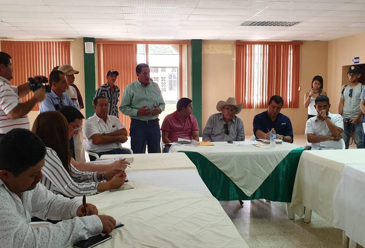 Ramón Mieles coordina atención vial en zonas rurales de Santa Ana con la prefectura.