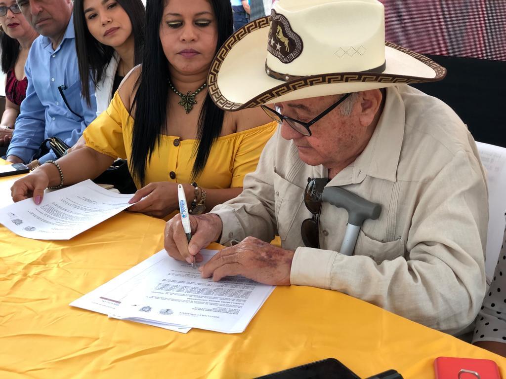 Decenas de productores agropecuarios de las parroquias rurales del cantón Santa Ana, recibieron el título de propiedades de sus tierras.